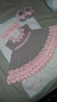 Crochet Baby Dress Free Pattern, Crochet Baby Poncho, Crochet Girls, Crochet Baby Clothes, Newborn Crochet, Crochet For Kids, Baby Knitting, Vestidos Bebe Crochet, Baby Doll Shoes
