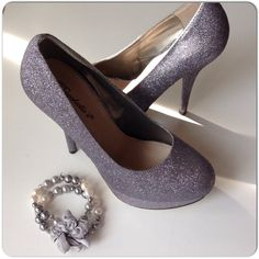 """GRAY GLITTER PLATFORM PUMPS EUC gray glitter pumps with rounded toe, approximate 4.5-5"""" heels, 1.5"""" platform with ver little wear. The soles & lifts are in vg condition as shown in the photos. Size 7.5. A simple shoe that will add a little something special to an outfit!! Shoes Platforms"""