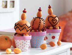 Basteln Sie dieses Jahr in der Vorweihnachtszeit mit Ihrem Kind mit Nelken gespickte Orangen, die einen wunderbar weihnachtlichen Duft verströmen und als Dekoration schön aussehen.