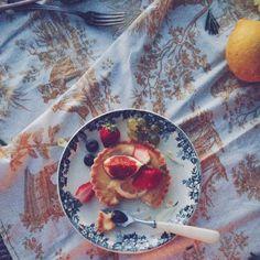 tartelette au citron et aux fruits rouges sur nappe toile de jouy , lemon tart and vintage styling