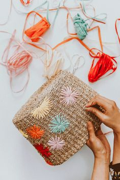 Diy raffia embroidered straw bag glam crochet bags pattern ideas for 2020 Diy Craft Projects, Diy And Crafts, Decor Crafts, Straw Projects, Teen Projects, Garden Projects, Garden Ideas, Boho Diy, Drops Design