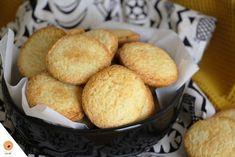 Depuis TOUJOURS, j'aime les biscuits. Peu importe leur forme, leur taille et leur texture, je suis une grande amatrice de ces petits bouts de pâte cuits. Mes préférés : les cookies et les biscuits sablés. J'en raffole et je lutte pour ne pas en manger tous les jours lol! Bon, je me fais quand même … Cookies Et Biscuits, Cornbread, Muffin, Food And Drink, Menu, Breakfast, Ethnic Recipes, Caramels, Texture