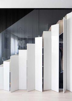 Một tủ quần áo và tủ giầy rộng rãi được ẩn phía dưới cầu thang giúp tiết kiệm tối đa từng m2 không gian