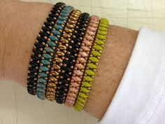 Superduos and seed bead bracelets. Could use clasp or make as stretch bracelet. Jewelry Patterns, Bracelet Patterns, Bracelet Designs, Beading Patterns, Seed Bead Bracelets, Jewelry Bracelets, Friend Bracelets, Bead Jewellery, Beaded Jewelry
