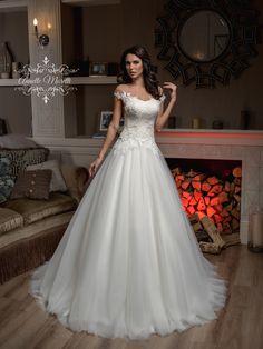 83457db498dd Nádherné svadobné šaty so širokou sukňou a čipkovaným živôtikom Modeling