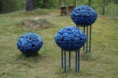 """""""Blå barokk"""" (2012?) av Kari Oline Øverseth. Innkjøpt av Stiftelsen Galleri Fjordheim. Er plassert utenfor galleriet. Synlig fra Rv 4."""