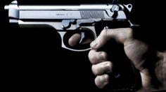 Una pistola a famiglia e la difesa è garantita. Gaber ci racconta come un'arma possa attivare nella mente di un individuo un meccanismo di lucida follia tale da spingerlo all'omicidio. (La Pistola – 1978/1979)