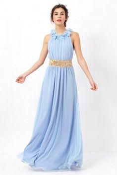 Vestido largo de gasa en color azul celeste con cuerpo ligeramente drapeado y escote halter con adorno de camelias en 3D de Poète.