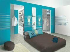chambre parentale/ une salle de bain au milieu et un mur de dressing a gauche et a droite pour M. et Mme.
