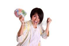 Junge Frau freut sich über einen tollen Gewinn im Preisausschreiben.