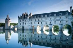 El castillo actual fue edificado en el cauce del Río Cher,sobre los pilares de un molino fortificado y del anterior castillo fortificado que se había comprado a la familia de los Marques. Este último fue derribado a excepción De la Torre de homenaje y Del Pozo adyacente