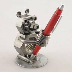 Cadeau beeldje, Pennenstandaard beer / Gift figurine, pens standard bear. Deze…