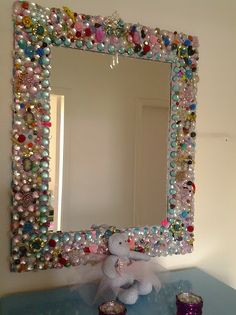 how to decorate a mirror frame - Bing images Mirror Crafts, Frame Crafts, Diy Mirror, Diy Frame, Jewelry Frames, Jewelry Mirror, Beaded Mirror, Flower Mirror, Vintage Jewelry Crafts