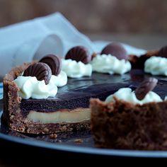 Karamel- og chokoladetærte (Recipe in Danish) Cake Recipes, Dessert Recipes, Desserts, Sweet Pie, Food Cakes, Cheesecake, Sweets, Snacks, Chocolate