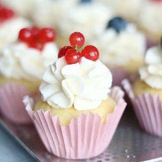 Ahhhhh . . . Sublime for by @backfeevi  #minicupcake #minicupcakes #cupcakes #cupcake #cupcaketime #cupcakelove #nomnomnom #yummy #cake #cakesofinstagram #cake #instacake #cakespiration #cupcakelovers #summer #cupcakesofinstagram #cakedecorator #berries  #cupcakedecorating #berry #bakingisfun #bakingtime #bakerslife #bakedgoods #baker #cakedesigner #cakedecorating