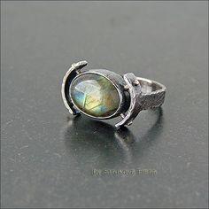 Лаконичное кольцо с лабрадором.