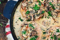 Côtelettes de porc avec sauce crémeuse aux champignons - Le Coup de Grâce Seafood Diet, Healthy Food, Healthy Recipes, Carnitas, Batch Cooking, Paella, Recipe Ideas, Curry, Menu