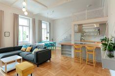 Díky vysokým stropům s původní štukovou výzdobu vznikl velkorysý světlý prostor, spojená kuchyň s jídelnou a obývacím pokojem.