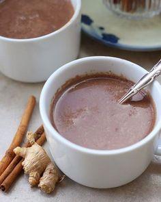 Chocolate Quente Saudável! Sem lactose! Ingredientes: 2 xícaras de leite de amêndoas de coco ou de arroz 2 colheres cacau em pó 1 colher de chá de maca peruana (opcional) 1/4 colher de chá de cúrcuma em pó (opcional) 1/2 colher de chá de canela em pó 1 colher de sopa de mel ou melado 1 colher de sopa de óleo de coco Modo de Preparo: 1. Adicione o leite em uma panela e leve ao fogo. 2. Deixe em fogo baixo para ferver adicione o cacau em pó e misture. 3. Adicione a maca açafrão e canela e…