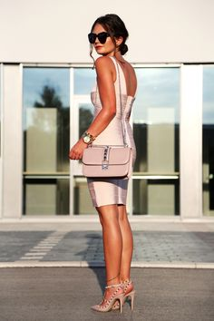 bondage dress: Adelia // glam lock bag: Valentino (also like this version) // pumps: Valentino // sunglasses: Karen Walker // earrings: Tory Burch // watch: Michael Kors // bracelets: Tory Burch/Michael Kors (here) Ist das Bondage Kleid von Adelia nicht toll? Ich bin ganz verliebt und gerade zu gebräunter Haut sieht das nudefarbene Kleid besonders schön aus! Die Auswahl an Farben …