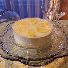 ✨ 白ワインに合う檸檬チーズクリームムース  広島レモンが冷蔵庫にあったので皮の摩り下ろしと果汁を。 昨日のケーキのシフォンケーキのスポンジ、生クリーム、ナパージュの残りで作りました✨  レシピのパイナップルを入れず、飾りのレモンを用意。国産ノーワックスのレモンの皮1/2、果汁1/2個を入れています。  フードプロセッサーで順番に材料を入れて簡単クッキングです - 188件のもぐもぐ - 檸檬のクリームチーズムースLemon cream cheese mousse by 0987hiropon