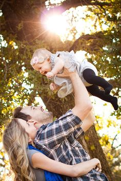 Cute family shot with baby. Fall Family Pictures, Family Picture Poses, Family Photo Sessions, Family Posing, Fall Photos, Family Portraits, Fall Pics, Picture Ideas, Photo Ideas