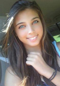 Chica de pelo café y ojos celestes