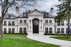 Пример красивого штукатурного фасада белого цвета в английском стиле с рустами