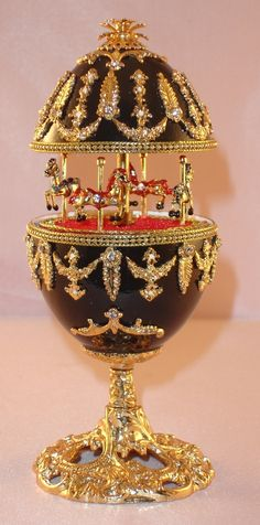 Musical Carousel goose egg with Austrian crystals, plays: Waltz of the Flowers. 2 things I love to see-carousels and eggs! Fabrege Eggs, Egg Crafts, Egg Designs, Carousel Horses, Egg Art, Russian Art, Egg Decorating, Egg Shells, Trinket Boxes