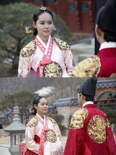 Han Ga-In wearing a royal hanbok in the Korean drama 'The Sun and the Moon'