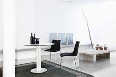 Design meubels online: #Strakke #minimalistische #design #meubels van Scab #Design in een #lichte #witte omgeving.
