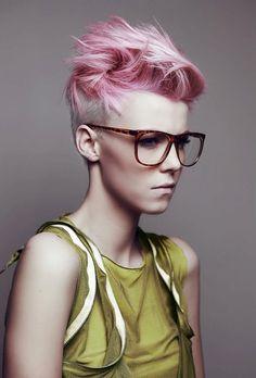 Les audacieuses seront ravies par cette coupe de cheveux qui met en valeur leur côté original. Les cheveux de l'arrière et des côtés sont rasés, et ceux du dessus de la tête, assez longs, ont été relevés et minutieusement placés pour créer un look extravagant. La coloration rose contribue aussi à créer un rendu étonnant.