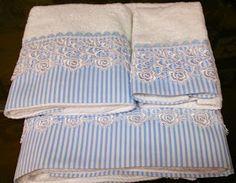 Tres juegos de toallas decoradas con un jaretón de tela y un elegante encaje de guipour.    Por sencillo que sea el baño, con un...