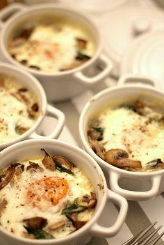 Es increíble la forma en que unas sencillas setas, o incluso champiñones, pueden transformar unos simples huevos en un plato sofisticado, que puede ser un perfecto entrante, o bien una apetitosa ce...
