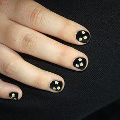 margaritas en las uñas de @epiaget  #nailart #nailartperu #notd #uñasmaniatikas  #daisynails #blacknails #flowersnails