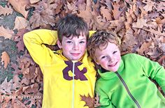 Brothers on a bed of leaves. Fall photo session. Berlin based family photographer. www.lenimoretti.com