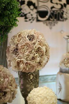 5Ssens - Salon de la mariée 2013. Centre de table fait de fleurs de tissu avec perles et dentelles.   Fabric flowers centerpiece with pearls and lace   #fabricflowers #pearls #lace