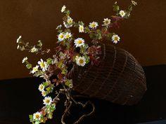 ゆく年に、くる年に、ため息をつくようになったのは何時からだろうの画像:一花一葉 by アツシ Art Floral, Floral Design, Japanese Flowers, Nihon, Tea Ceremony, Wabi Sabi, Ikebana, Hana, Grapevine Wreath