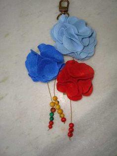 Lindo chaveiro flor,feito em feltro,costurado á mão,ótima sugestão para lembrança de aniversário ou mesmo para um lindo presente.  Frete não incluso preço do produto R$15,00