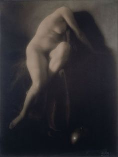 Edward Steichen In Memoriam, 1904 Gum bichromate print, 47.6 x 36 cm This monumental nude, from one of the American masters of the Photo-Secession movement, is one of the masterpieces of photographic pictorialism. Brought up in Wisconsin, where his family moved to from Luxembourg in 1889, Steichen was enrolled by Alfred Stieglitz in the Photo-Secession movement in 1902, and went on to play a leading role in it. In particular, he introduced the French pictorial and sculptural avant-garde tha