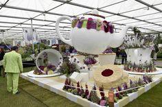 Hora do #chá: estas esculturas estão expostas na feira de flores de #Chelsea, em #Londres. Foto Toby Melville/Reuters.