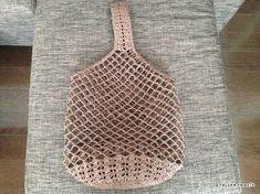 目の大きいネット編みで編んだワンハンドルバッグ、完成しました^^平置きの状態だとこんな感じ…底は普通に細編みですが、側面の下の方は松編み風の模様編みにしてみました。底は直径18cmぐらいですが、サイズ感は上の写真でご確認ください。けっこう大
