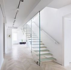 Incorporated adds cantilevered steel and glass staircase to a New York apartment White Apartment, New York City Apartment, Apartment Interior, Minimalist Room, Minimalist Design, Cantilever Stairs, Architecture Design, Glass Balustrade, Glass Railing