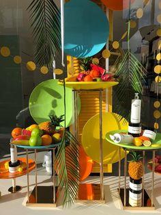 Zomer etalage in frisse , vrolijke kleuren Window Display Design, Window Displays, Windows, Table Decorations, Furniture, Home Decor, Art, Style, Store Windows