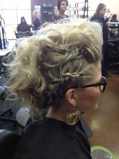 Do you want a new trendy haircut for the spring-summer 2019 season? Well, one of the most trendy haircuts this year is the pixie haircut. Short Hair Mohawk, Mohawk Updo, Girl Short Hair, Short Hair Styles, Retro Hairstyles, Trending Hairstyles, Braided Hairstyles, Braided Updo, Prom Hair Tutorial
