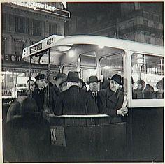 A la gare de Lyon,Paris, le bus, vers 1936-1937. Brassaï