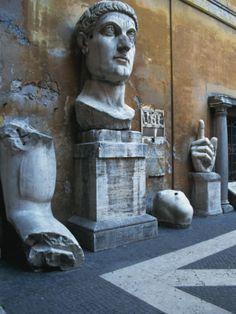 --Palazzo Dei Conservatori-- Situado á esquerda do Palazzo Senatorio foi proxectado por Miguel Anxo e construido por Giacomo Della Porta a mediados do s. XVI. Na Idade Media foi sé dos tribunais. Alberga unha parte dos museos capitolinos, con pezas como a Loba Capitolina, o Spinario ou os restos da colosal estatua de Constantino.