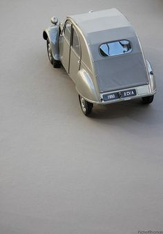 drive a Citroen 2CV A / photo by Thomas Pichot