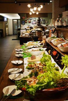 沒想到在高級餐廳林立的公益路上,竟然有這麼一家平價buffet~潘朵拉之宴(台中公益店),環境氣派又舒適,自助式沙拉吧的餐點選擇很豐富,而且選擇多元,可以單點沙拉吧,也可以點附沙拉吧的排餐,不想吃自助