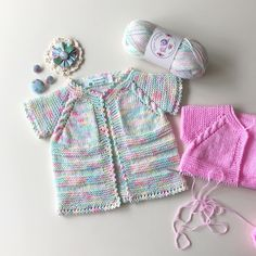 No photo description available. Knitting For Kids, Baby Knitting Patterns, Baby Patterns, Hand Knitting, Crochet Baby, Knit Crochet, Knitted Baby Clothes, Baby Suit, Crochet Cardigan